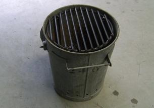 De vuilnis emmer compleet met rooster klaar om te BBQ'n